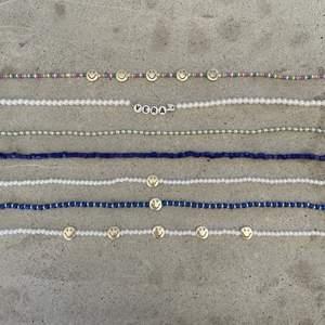 Somriga pärlhalsband som är så fina att matcha tillsammans eller bara ha var för sig. Hur alla halsband sitter ut på —> kolla min smyckes ig: jewlsbymee. Priser: färgglada halsbandet med 5 smileysar - 79kr inkl frakt. Halsband med säkerhetsnål (OBS: man kan välja namn själv men namnet får max ha 4 bokstäver, annars kan man ha säkerhetsnålen utan något namn) 79kr inkl frakt. Halsband med små pärlor - 50kr inkl frakt. Halsband med blåa pärlor- 50kr inkl frakt. Halsband med en smiley - 69kr. Vitt pärlhalsband med 5 smileysar - 79kr inkl frakt✨💕