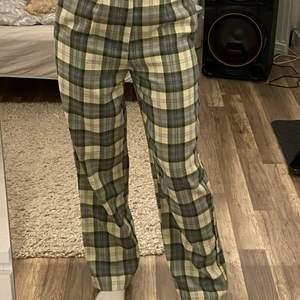 Ett par jätte coola byxor från ASOS. Köpta för bara några veckor sen och använda en gång, men kommer ej till användning längre🤍🤍 de är slut i storlek på ASOS