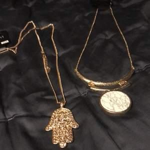 Två halsband från Ur&Penn med prislapparna på. Säljer 1= 60+ frakt eller 2= 80kr ink frakt