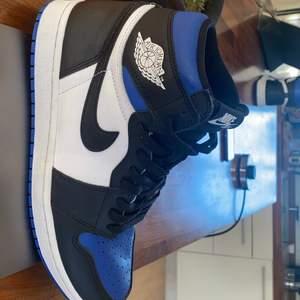 Säljer mina Jordan 1s i strlk 43, då dom bara står och inte används. Har endast använt dom 2-3 ggr så skorna är i princip nya. Jag har både box och extrasnören kvar. Priset kan diskuteras 👍🏼