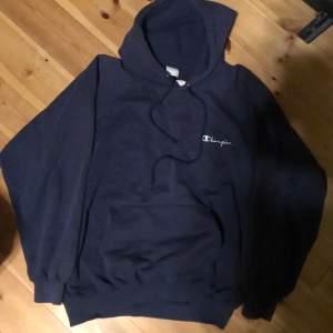 Marinblå champion hoodie, är i fint skick:)