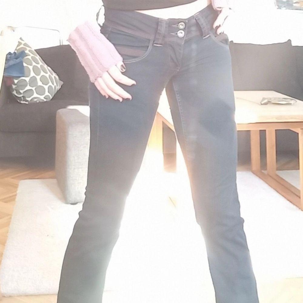 Ett par såå fina mörka lågmudjade Pepe jeans som är köpta secondhand men använda fåtal gånger!🤩. Jeans & Byxor.
