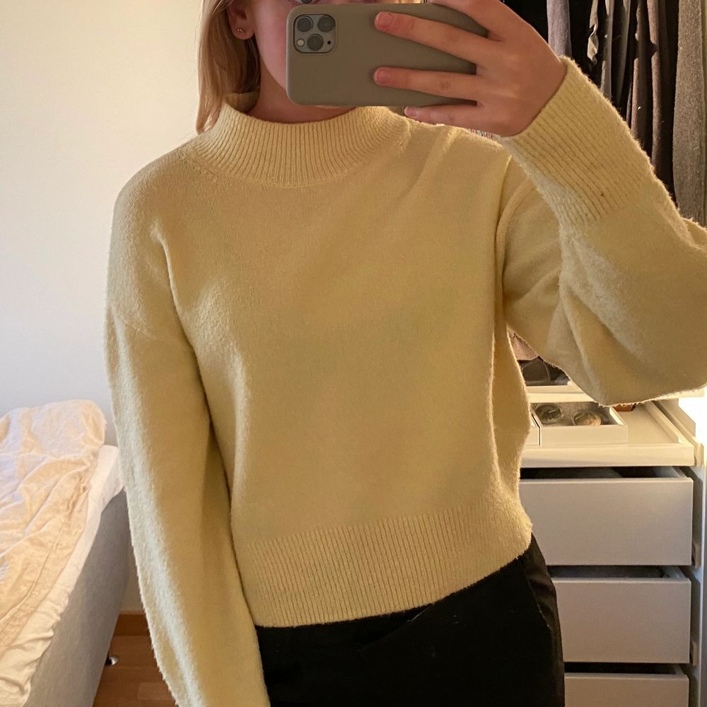 Säljer denna gula stickade tröjan från & other stories i storlek 36. Superfin men har tyvärr inte kommit till stor användning för mig. Fint skick. . Tröjor & Koftor.