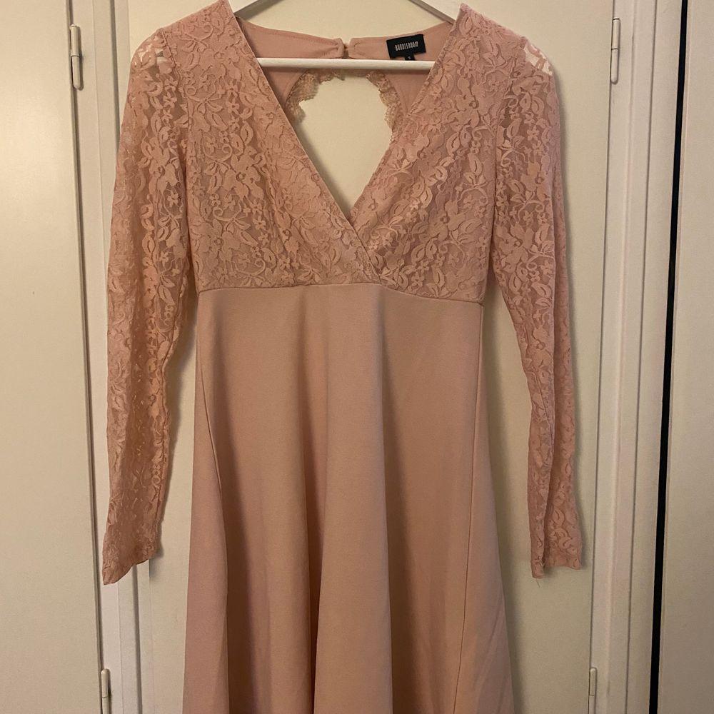En jätte fin klänning i en beige/rosa färg och öppen rygg. Klänning är endast använd 1-2 gånger och är i från bubbelroom. Du står för frakten! . Klänningar.