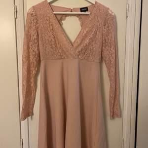 En jätte fin klänning i en beige/rosa färg och öppen rygg. Klänning är endast använd 1-2 gånger och är i från bubbelroom. Du står för frakten!