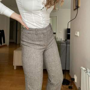Ett par supersnygga kostymbyxor från Zara. Ärvda från tidigt 2000-tal, superfin kvalite och i perfekt skick!! Mysiga <3