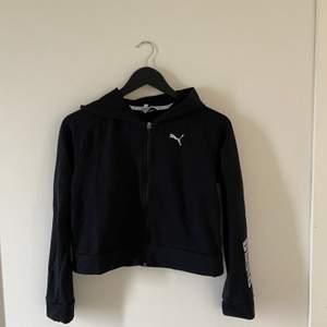Säljer denna jätte fina puma tröjan med dragkedja. Lite kortare & lite tunnare så passar perfekt till vårsolen & sommarkvällarna. 😍 lite liten på mig så skulle säga XS. Jag är 165 & slutar precis lite under naveln på mig. 🥰 frakt tillkommer!