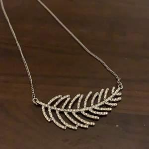 Silvrigt halsband i form av ett blad