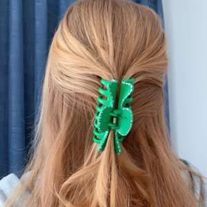 Handmålad grön hårklämma med lila prickar! 💖 Tillverkas endast en gång! Kostar 70 kr med FRI FRAKT ✨✨