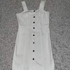 En vit jeansklänning i fint skick, använd en gång så i nyskick! Går över knäna på mig som är 157cm 150kr(+frakt)