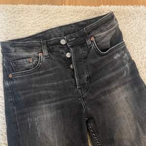Sjukt snygga jeans i storlek 26 ( hög midja, relativt tajta vid ankeln men inte för )  löngden är perfekt på mig som är 168. de är från hm!
