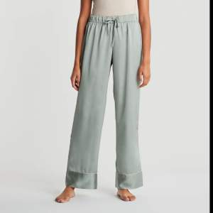 Ett par görna pyjamasbyxor