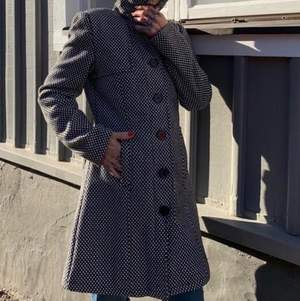 Button up polka dot coat. Model is about 156cm/5.2ft. About a size EU 38.