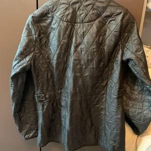 Fin jacka i klassisk stil som passar både till vår och höst. Fodrad i fleece. Ganska rymlig i storleken så passar s-m. Bra kvalitet och skick, använd men inga skador eller fel!