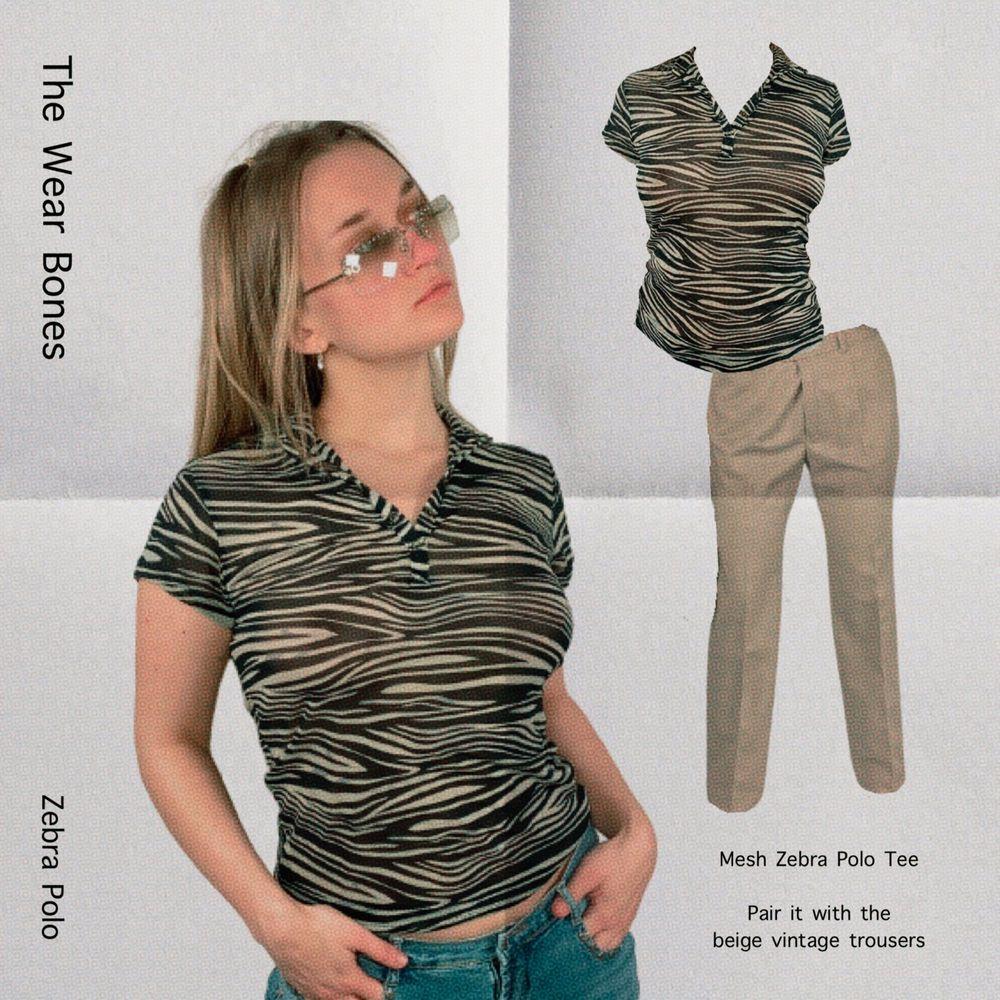 Zebra print mesh polo i tunt tyg. Lite genomskinlig! Från Daily Women, storlek L. Modellen använder storlek S/M och är 169cm. I toppenskick! Polon har knappar så den kan knäppas upp. Kolla gärna måtten. Axeln till axeln 39cm, längd 61cm och byst bredd 40cm. Spårbar frakt på 66kr är inräknad i priset och SafePay tar 10% av betalningen. Tyvärr kostar det lite extra då jag alltid kommer skicka spårbart och ta safepay för bådas säkerhet. T-shirts.