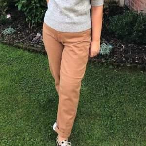 Momfit ankle cut jeans i brunt, extremt sköna och mysiga. Pris kan alltid diskuteras!