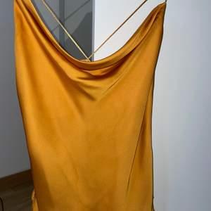 En satin gul topp som är köpt från Zalando 😍😍 som är använt endast en gång! Som en ny