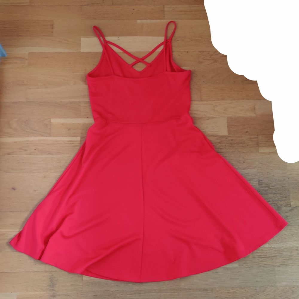 En röd jättefin klänning från Gina Tricot. Använd ett fåtal gånger men är i väldigt bra skick. Säljs då den inte kommit till användning. Storlek S och är ganska lång, den slutar vid knäna om man är ungefär 164 cm. Skriv privat om du vill ha bättre bilder. (Köparen står för frakten). Klänningar.