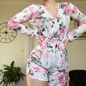Supersöt jumpsuit/playsuit med blommigt mönster, passar perfekt nu till våren/sommarn❤️ nyskick/använd enstaka gång, från NLY TREND