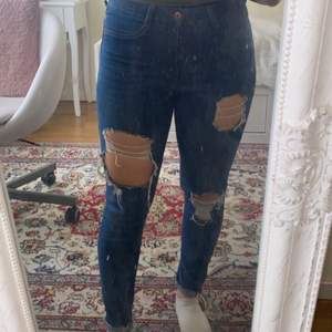 Trendiga skinny ripped jeans i okej skick! Väldigt skönt material och tunna så dem är bra för sommaren. Köparen står för frakten❤️ storlek M men skulle mer säga S. Så nånstans runt S/M