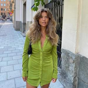 Säljer denna gröna klänning som jag köpt av en tjej här på Plick. Endast använd två gånger totalt. Storlek S. Säljer då jag tycker den är lite liten på mig. Jätte mjuk, så snygg och bra skick. Jag på bild två är 170 cm. Budgivning från 200 kr  💕