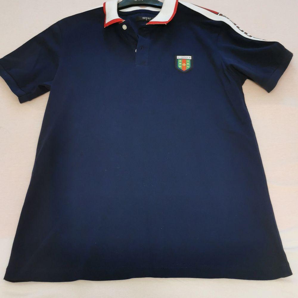 En mörkblå Gucci T-shirt. Gucci T-shirt gjord i Italien. T-shirten har används ett par gånger men inte mycket. Den har storleken L och märket GUCCI på ärmen och på bröstet. . T-shirts.