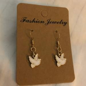 🕊 Duv-Örhängen, frakt: 14kr 🕊  * Alla örhängen går även att göras till halsband för 15kr billigare⚡️ 💜TILLFÄLLIGT: köp 2 par örhängen och få ett tredje par gratis!!💜