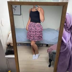Superball kjol. Fina volangen som gör kjolen unik och ett väldigt häftigt mönster. Använd ett fåtal gånger och är i superbra skick. Den är i barnstorlek men skulle säga att kjolen är xs-s. Älskar verkligen den här kjolen men får tyvärr ingen användning av den