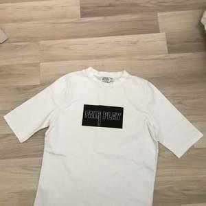 Säljer nu en ny t shirt då den aldrig kommit till användning. Ny, nypris 250 säljes nu för 100, hör av er vid intresse👍🏻