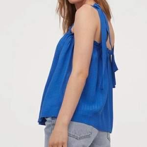Supergulligt blått linne med rosetter på axlarna. Aldrig användt så i nyskick! 💙Framhäver ögon och hårfärger jättefint💙 storlek S men justerbara axelband och otroligt stretchig så passar många! lånade bilder