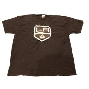 En riktigt fet svart tröja frn hockeylaget i USA som heter LA kings. Trycket är deras logga och den är svart och vit. Sjölv materialet har hög kvalitet och är svart. Thriftad på en secondhandbutik i USA.