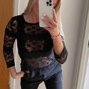 Säljer denna jättefina svarta spets tröjan i storlek 36. Knappt använd. Har bh under, tröjan är transparant egentligen.              Skickar men köparen står för frakten💗