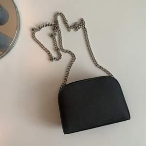En stilren svart väska med kedja. Perfekt storlek och bra skick!