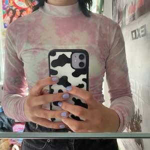En rosa/vit spräcklig genomskinlig turtleneck! Super cool att ha by itself eller under en graphic tee! Köparen står för frakt - 24kr💓