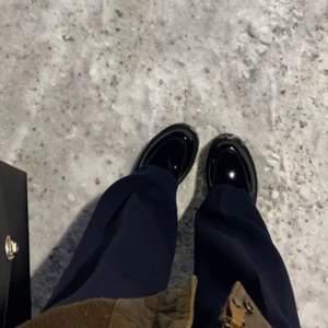 Lite intressekoll på mina skitsnugga loafers! Köpta förra vintern, använda sparsamt! Köpta för ca 800kr🤎 jag har 38/39 och de passar mig perfekt!