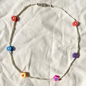Handgjort halsband med små söta blommor 🌸 Checka in min webbshop https://www.beadedful.com/ för fler vackra handgjorda smycken!