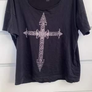 Jättefin tröja från lager 157 men köpt på second hand, kragen på tröjan är klippt så den sitter typ över ena axeln, jättefint detaljerat kors på framsidan, passar allt mellan S-L