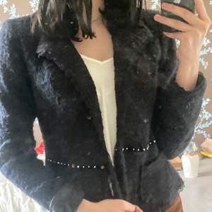 Jätte fin och skön vår/höst jacka varm men inte för varm, aldrig använt💕💕det är spegeln som är smutsig inte den💕