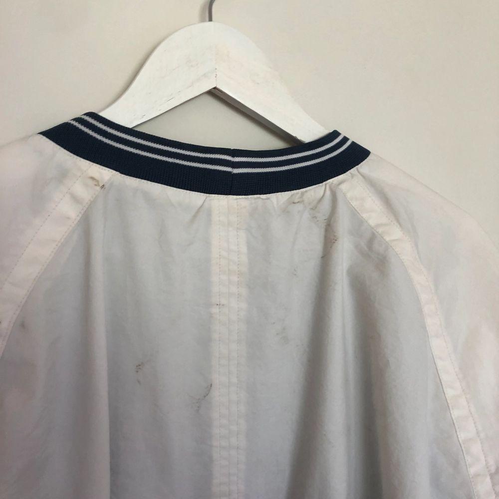 Vintage Nike sweatshirt från 90-talet. Storlek XL. Tröja har två fickor. Tröjan är i vit och blå färg. Tröjan är i använt skick men har tyvärr ett par fläckar.. Tröjor & Koftor.