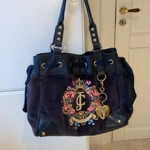 Äkta väska köpt i juicy couture butik i Usa för flera år sedan. Inte använd mycket alls. Frakt tillkommer! Vid högt intresse blir det budgivning