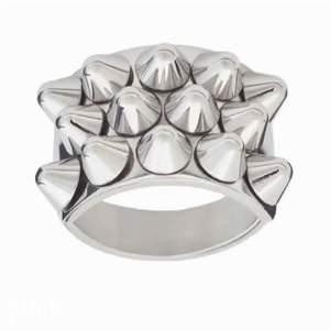 hej! säljer NÅGON denna ring i guld eller silver? kan betala BRA!