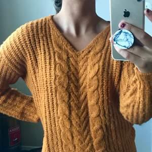 Stickad tröja i trendig färg från Vero Moda! 40kr 🌸