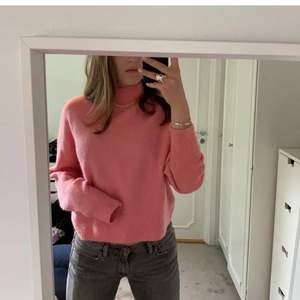 Rosa tröja från and other stories💞 super fin till verkligen allt!