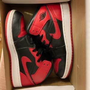 Säljer dessa nästan helt oanvända Nike jordans skorna. Skitsnygga men är tyvärr för stora för mig. Självklart äkta och box medföljer vid köp. Kan eventuellt gå med på att byta mot ett par andra jordans i storlek 37,5/38 eftersom att jag säljer dessa endast pågrund av att dem inte passar 🤎