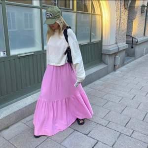 Säljer denna jättefina långklänningen från Gina! Helt slutsåld överallt och jättepopulär💓 Älskar den men bara aldrig kommit till användning. Brukar ha s/m i klänningar och denna passar bra i strl L. Går att justera axelbanden. Eventuell köpare betalar frakt💓 nypris ca 500