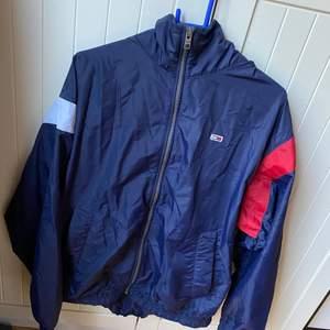 Säljer åt min pojkvän! Säljer en fin jacka i bra skick är nästan aldrig använd, jackan är ifrån Tommy himfiger och är i storlek small, jackan är väldigt tunn!