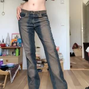 säljer dessa unika y2k jeans köpt vintage. de är skitsnygga men har inte kommit till användning för någon anledning! de är lite washed out, vintage konditon men har inga andra noterbara defekter. storlek L så de sitter oversized på mig som är en S! köparen står för frakt på 66 kr <333 skriv i dm om du har några frågor!