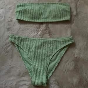 grön bikini från h&m i storlek 36 som jag köpte förra sommaren , färgen ser inte riktigt ut som på bilden så bara att skriva privat för bättre bild (tog dessa på kvällen), överdelen är bandeau och underdelen täcker det mesta,  använt den kanske en gång för rätt längesen.. inga fel på den alls, säljer då jag aldrig använder den 😅 frakt står köpare för och ligger på 45kr 🤎