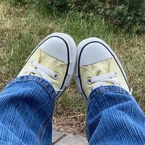 Jag säljer dessa gula äkta höga converse skor då dom är för stora för mig och har aldrig använd dom ute (förutom när jag tog bilderna.) Skorna är I bra kvalitet och är pastell gula. Storlek 40 men skulle passa en 39,5 också. Dom är lite smutsiga innuti då jag fick dom av en vän för ett tag sen (skriv för bild).Buda bara om du vet att du kommer köpa om du vinner budet!💕