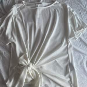 Säljer denna vita blus från Vila. Aldrig använd endast testad. Säljer pågrund av fel storlek. Storlek S men passar också M.